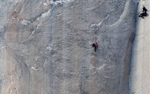 Δύο ορειβάτες έκαναν ιστορική αναρρίχηση μόνο με τα χέρια τους (video)