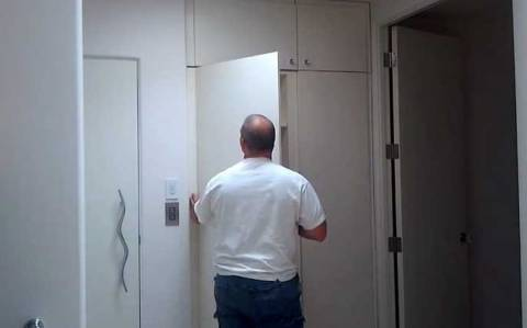 Και όμως... Αυτή η ντουλάπα κρύβει ένα μυστικό! (video)