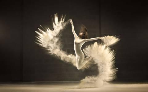 Εντυπωσιακή χορογραφία για μια... κούπα καφέ (video)