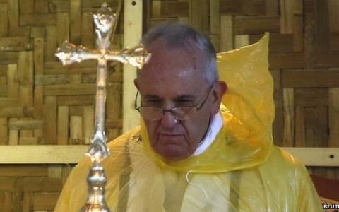 Φιλιππίνες: Τροπική καταιγίδα «έδιωξε» τον Πάπα από το Τακλομπάν (pics)