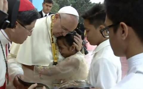 Πάπας: Πρέπει να μάθουμε να κλαίμε – μάθημα ζωής από ένα 12χρονο κορίτσι