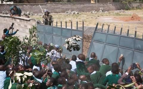 Κένυα: Αστυνομικοί επιτέθηκαν με δακρυγόνα σε μαθητές δημοτικού! (pics&vid)