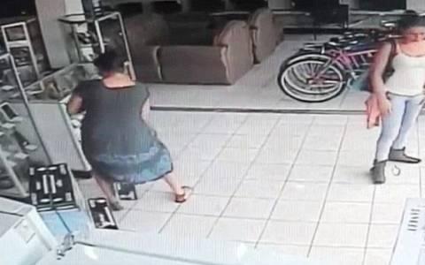 Κρύβει ολόκληρη τηλεόραση πλάσμα κάτω από τη φούστα της! (video)