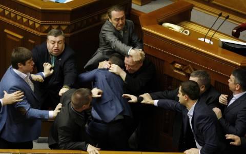 Ουκρανία: Στα χέρια ήρθαν οι βουλευτές - Ρινγκ το κοινοβούλιο – (video)