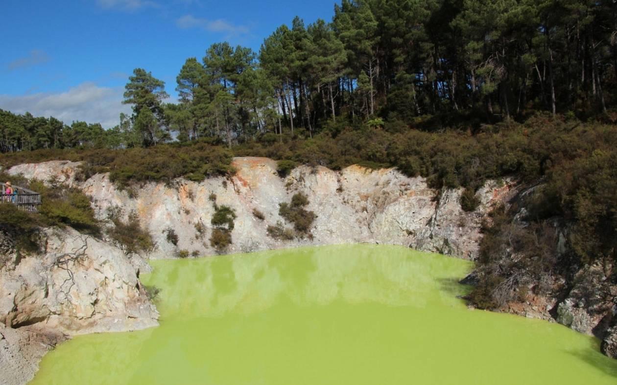 «Το Μπάνιο του Διαβόλου»: Η πιο περίεργη λίμνη της Νέας Ζηλανδίας