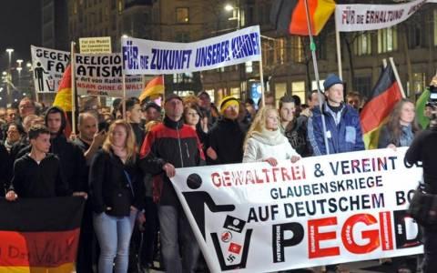 Σάλος στη Γερμανία: Ως άλλος Χίτλερ ποζάρει ο επικεφαλής του Pegida (photo)