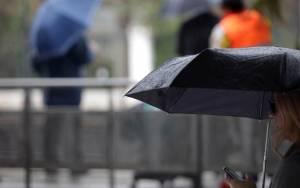 Εκλογές 2015: Με ομπρέλες στην κάλπη οι ψηφοφόροι