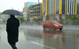 Καιρός: Σφοδρή καταιγίδα «πλήττει» την Αττική