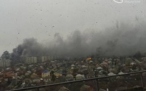 Δέκα νεκροί και πολλοί τραυματίες από βομβαρδισμό αγοράς στη Μαριούπολη (pics)