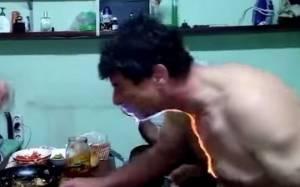 Ρωσία: Άρπαξε φωτιά πίνοντας ένα… σφηνάκι!