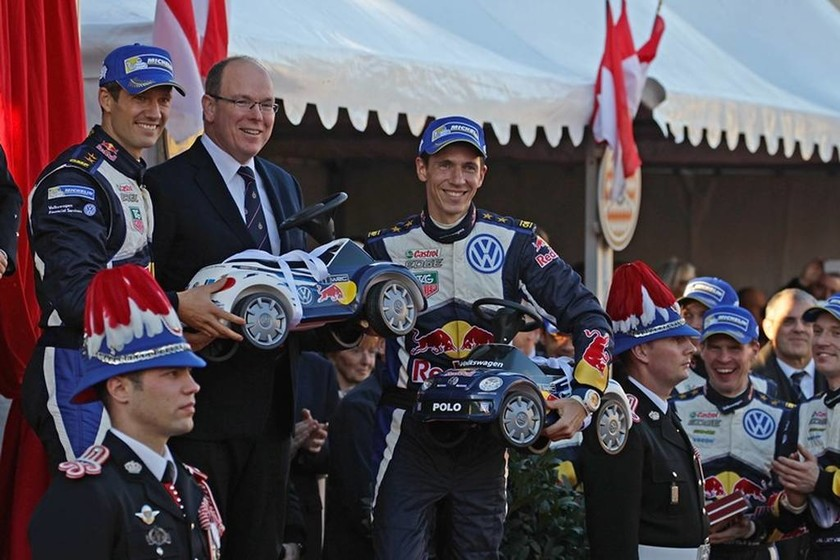 Οι νικητές Sebastien Ogier/Julien Ingrassia δίνουν στον πρίγκιπα Αλβέρτο δύο αυτοκίνητα παιχνίδια για τα δίδυμα παιδιά του