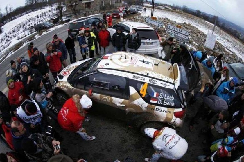 Οι S.Loeb/ D.Elena κοιτάζουν τον κατεστραμμένο (από χτύπημα σε βράχο)τροχό του DS3 WRC