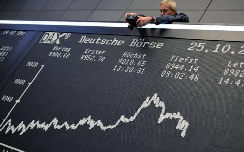 Mαζεύουν τις απώλειες οι αγορές στην Ευρώπη