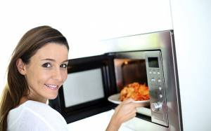 Δέκα πράγματα που μπορείτε να κάνετε με τον φούρνο μικροκυμάτων (vid)