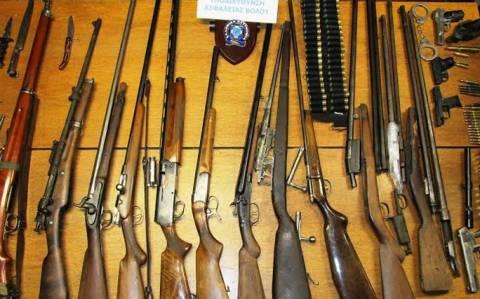 Τουφέκια, πιστόλια και κυνηγετικά όπλα έκρυβε στο σπίτι του 41χρονος