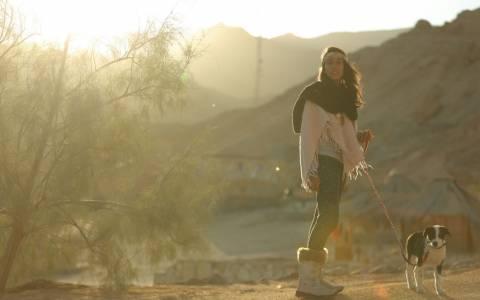 Ένα κορίτσι-μυστήριο στην έρημο του Σινά (photos)