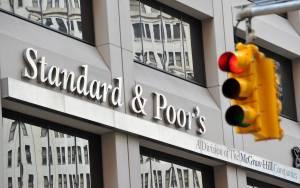 S&P: Σε καθεστώς αρνητικής παρακολούθησης οι ελληνικές τράπεζες