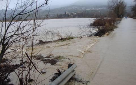 Φούσκωσε ο Σπερχειός - Σπάνε τα αναχώματα για να σώσουν τις γέφυρες