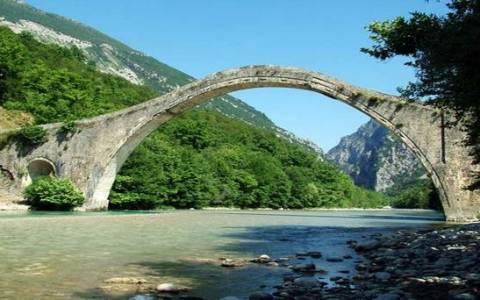 Κακοκαιρία: Γκρεμίστηκε το ιστορικό γεφύρι της Πλάκας στα Τζουμέρκα