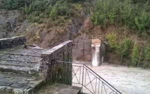 Τίποτα δεν έμεινε από το ιστορικό γεφύρι της Πλάκας (vid)