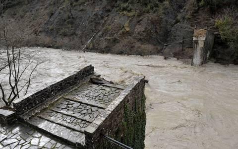 Σπίρτζης: Εφικτή τεχνικά η αποκατάσταση της γέφυρας στην Πλάκα (vid)