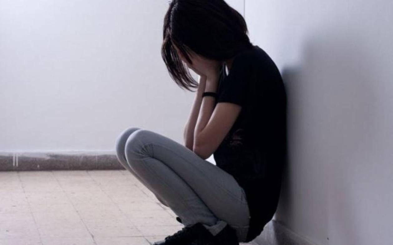Στο εδώλιο πατριός και μητέρα κατηγορούμενοι για βιασμό της ανήλικης κόρης τους