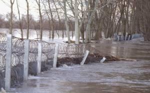 Έβρος: Τα ορμητικά νερά έριξαν τμήμα του φράχτη