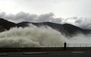 Κοζάνη: Εντυπωσιάζει η δύναμη του νερού στο φράγμα Ιλαρίωνα (video)