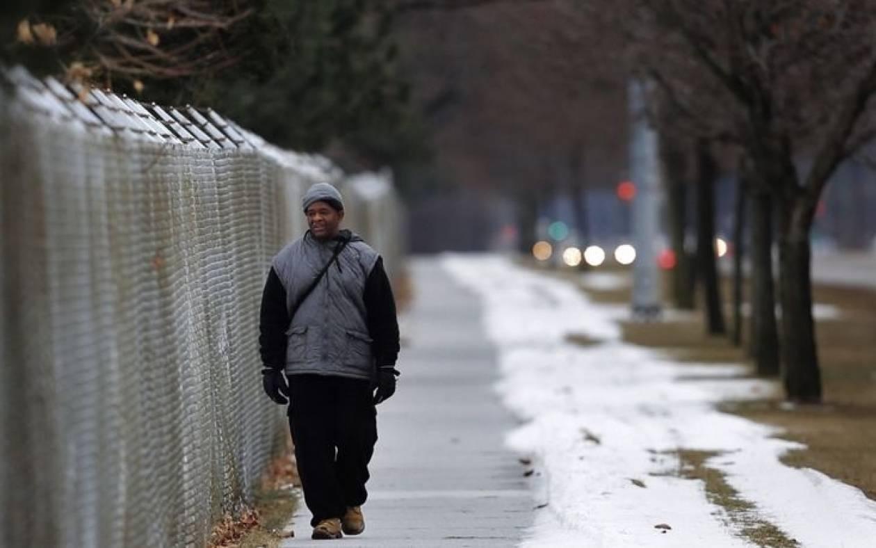 Η συγκινητική ιστορία του άνδρα που περπατά καθημερινά 33 χλμ για τη δουλειά του