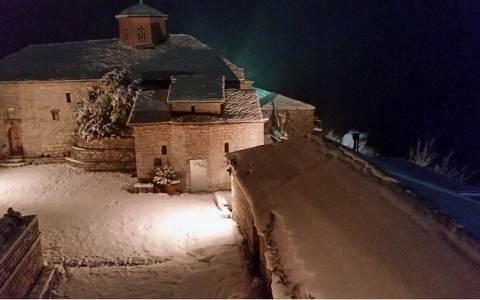 Τρίκαλα: Εικόνες σπάνιας ομορφιάς από τον Ιερό Ναό Παναγίας Σπηλιάς (photos)