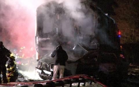 Νέα Υόρκη: Επτά νεκροί από σύγκρουση αμαξοστοιχίας με αυτοκίνητα (videos + pics)