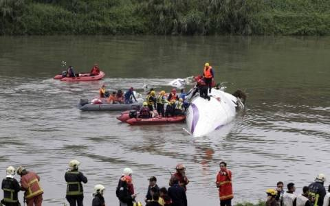Ταϊβάν: Τουλάχιστον 19 νεκροί από τη συντριβή αεροπλάνου (photos+videos)