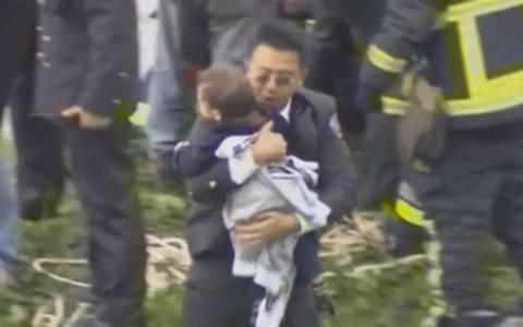 Ταϊβάν: TransAsia - Η στιγμή που σώζουν ένα παιδί από το μοιραίο αεροπλάνο