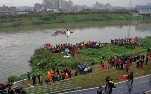 TransAsia: Στους 16 οι νεκροί από τη συντριβή του αεροσκάφους (video)