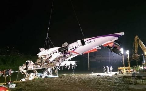 TransAsia: Με τα χέρια στο χειριστήριο βρέθηκε το πτώμα του «ήρωα» πιλότου