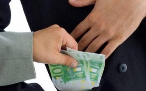 Συνελήφθη επιχειρηματίας να δωροδοκεί Πρόεδρο δημόσιου Οργανισμού