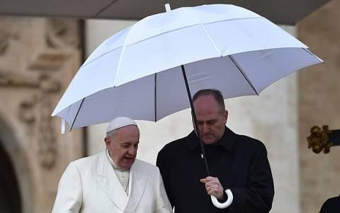 Βατικανό: Ο Πάπας μοιράζει... ομπρέλες στους άστεγους της Ρώμης