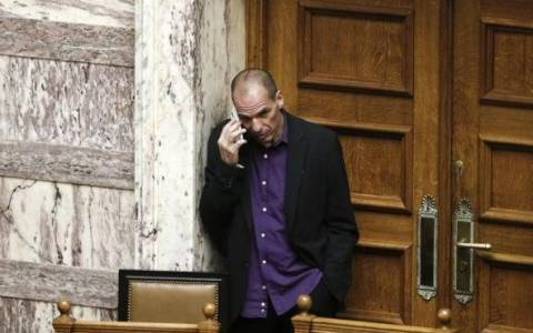 Ο Βαρουφάκης αποκάλυψε με ποιον μιλούσε στο τηλέφωνο σε μια γωνιά της Βουλής!