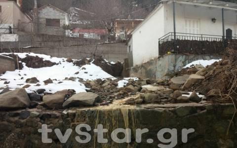 Καταστράφηκε από κατολίσθηση ο μισός οικισμός της Άμπλιανης (video)