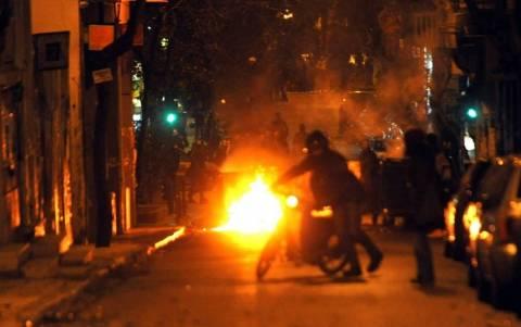 Εξάρχεια: Η επίθεση με μολότοφ στο περιπολικό (video)