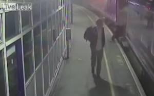 Έπεσε στις ράγες ενώ το τρένο ήταν εν κινήσει (video)