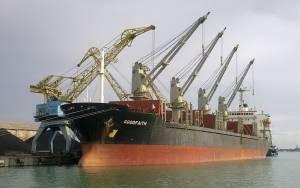 Φορτηγό πλοίο με 22 ναυτικούς προσάραξε σε ακτή της Άνδρου (pic)