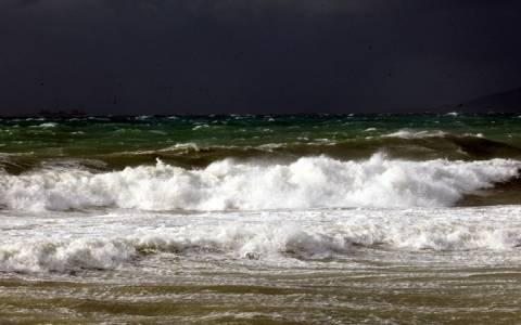 Κυκλάδες: Ρυμουλκό «παλεύει» με τα κύματα (Video)