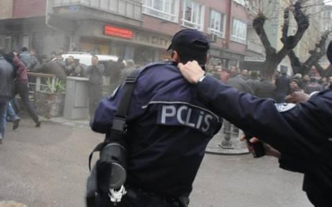 Τουρκία: Σάλος με αστυνομικό που αναγκάζει συνάδελφό του να πετάξει δακρυγόνo (vid)