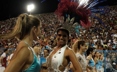 Βραζιλία: Ώρα για ξεφάντωμα – αρχίζει το περίφημο καρναβάλι του Ρίο (vid & pics)
