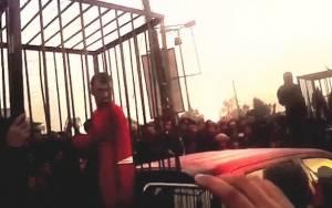 Μαχητές Πεσμεργκά περιφέρονται από τζιχαντιστές μέσα σε κλουβιά (vid)