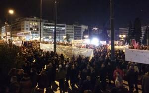 «Βούλιαξαν» από κόσμο οι πλατείες σε Ελλάδα και Ευρώπη (photos&videos)