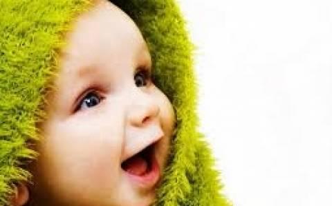 Το μωρό, το χαρτί και πολύ γέλιο (video)