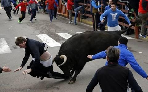 Ισπανία: Ταύρος έστειλε στην εντατική Αμερικανό τουρίστα! (video+photos)