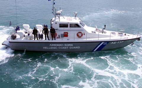 Ακυβέρνητο φορτηγό πλοίο πλέει στον Κορινθιακό κόλπο
